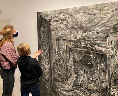 Anton und Saskia vor Sabine Hertig, Landscape Nr. 18, in der Ausstellung Sabine Hertig | BREAK UP!, Stadtgalerie Saarbrücken, 2020. Foto: Max Rolshoven im Dezember 2020