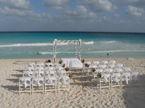 WHITE AND RED BEACH WEDDING