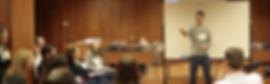 Javier Cebreiros, durante una sesión, impartiedo un curso acerca de comunicar con emoción.