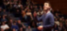 Javier Cebreiros, durante una conferencia en 2015, ante un auditorio lleno para escuchar la importancia de las emociones enl comunicación