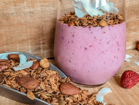 Gezonde granola smoothie bowl