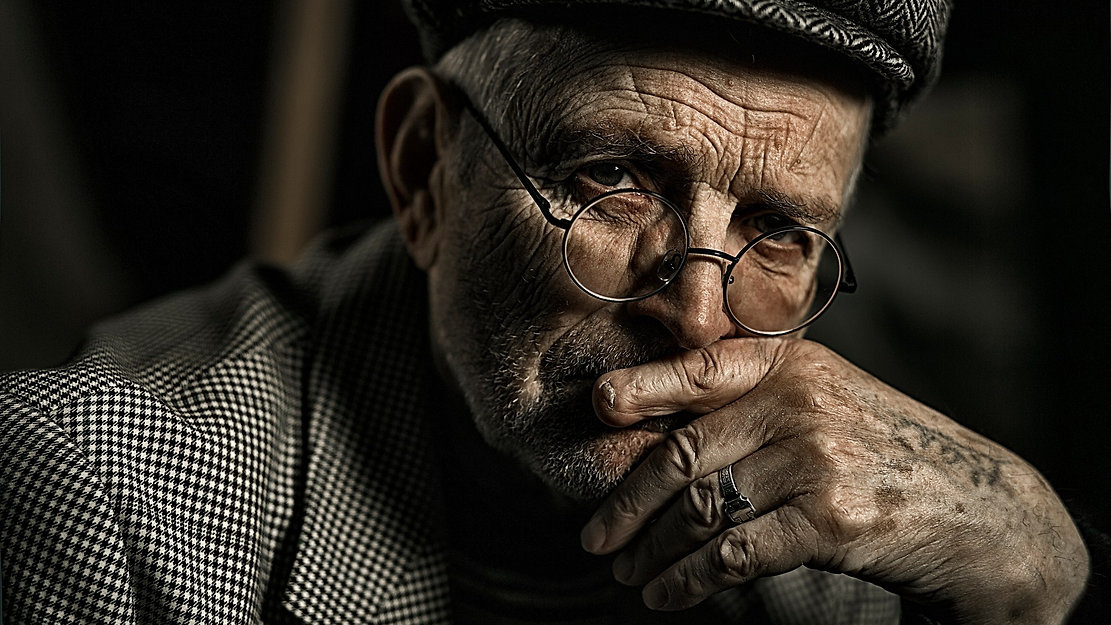 Old_man_Face_Glasses_Glance_533210_2560x
