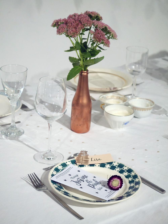 Marque place et cadeaux d'invités (barrette en fleur séchée, livret de jeux)