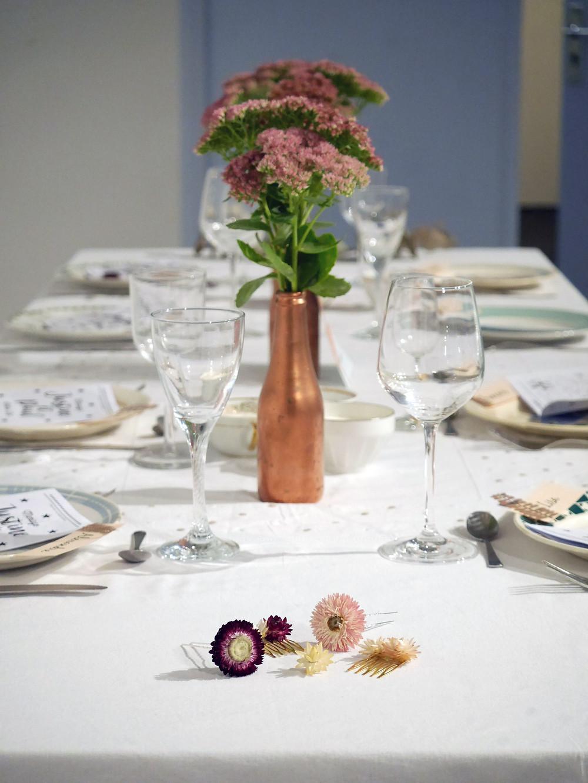 Table de mariage et cadeaux d'invités (barrette, peignes, boutonnières en fleurs séchées)