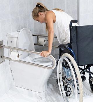 mujer-levantarse-brazos-silla-ruedas-ban