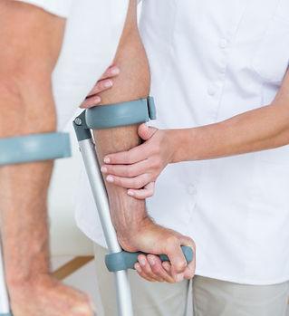 doctor-ayudando-su-paciente-caminar-mule