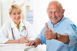 Klinikkompass-Patientenratgebe-Krankenhauswegweiser-Patient-daumen-hoch