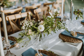 seagrass charger plates with blue napkins and white flowers