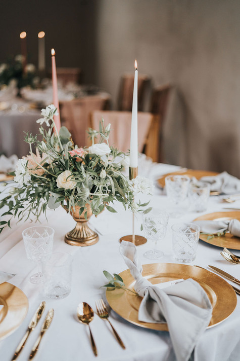 gold and pink wedding tables with grey napkins