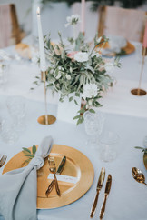 gold cutlery with gold charger plate and grey napkins