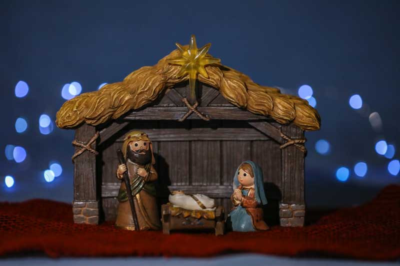 Models of Mary & Joseph in the stable Nativity