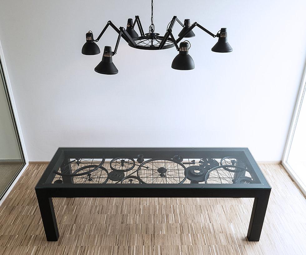 Trash Design RCERO Snaga Ljubljana kovinska konferenčna miza in kovinski lestenec iz feltne in starih luči.