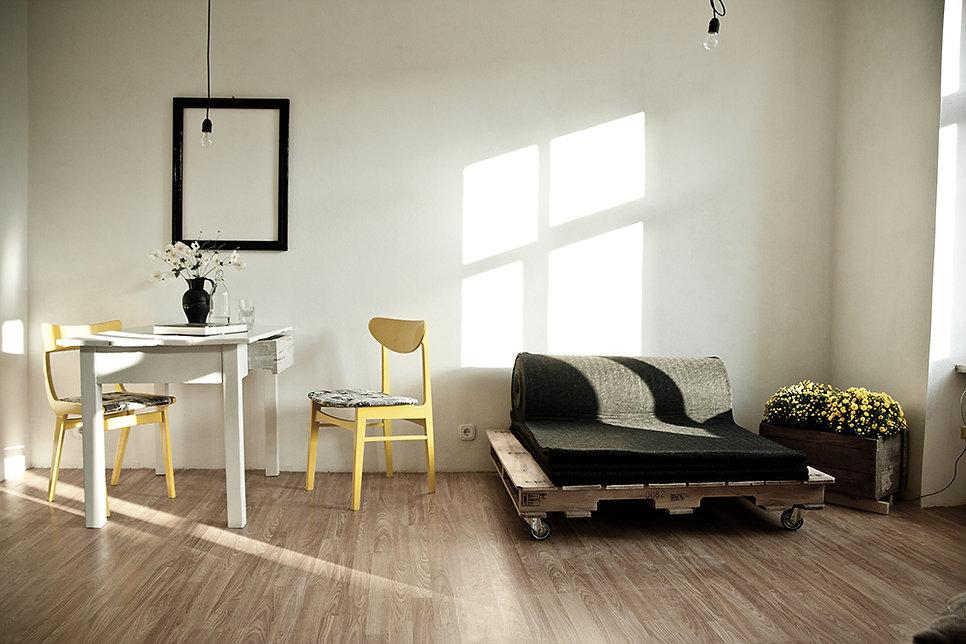 Trash Design dnevna soba vila lent paleta kot zofa prenovljeni stoli in miza