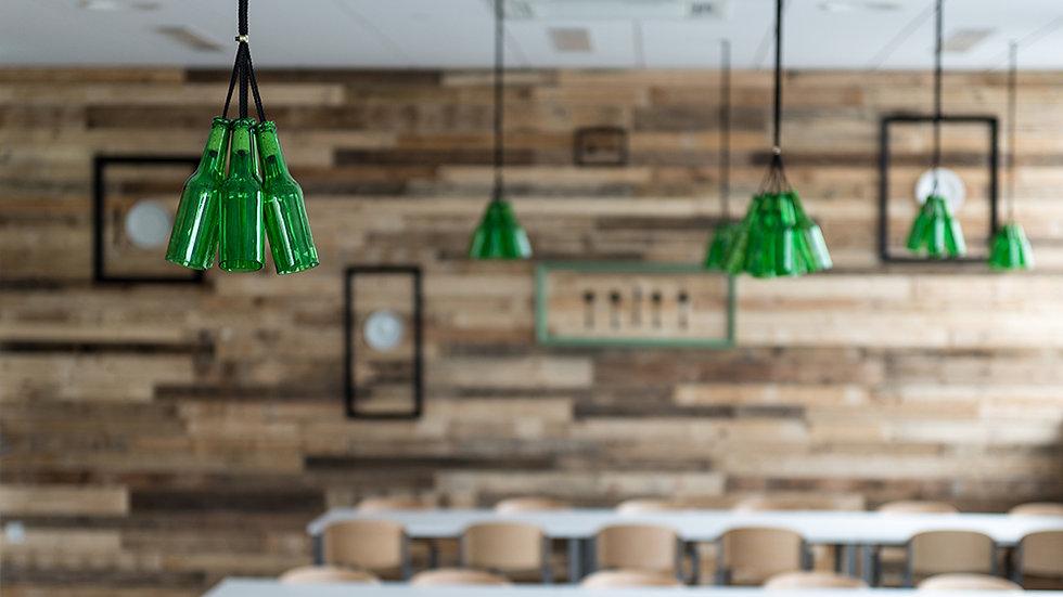 Trash Design RCERO Snaga Ljubljana jedilnica luči iz steklenic palete okvirji in lesena obloga