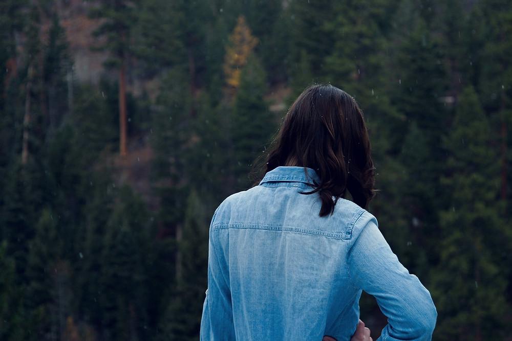 Eine junge Frau von hinten