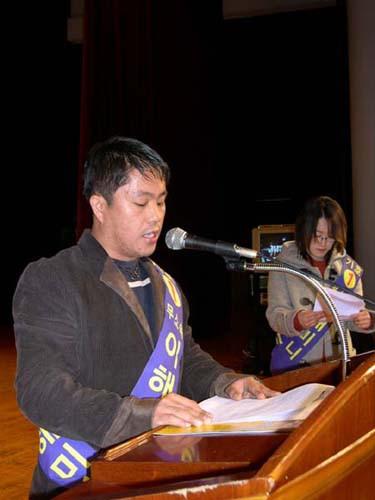 후보자 이해미니씨가 청중들에게 연설을 하고 있다