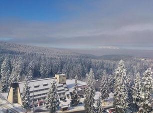 Hotel mitten im schneebedecktem Gebirge