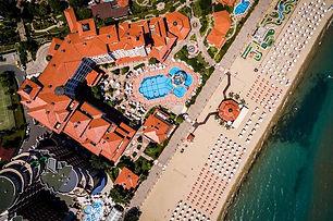 Luftaufnahme von Hotelanlage und Strand