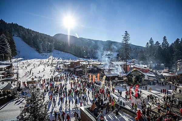 Menschen im Skiort Borovetz bei Sonnenschein im Gebirge