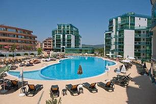 Hotelanlage mit großem Pool