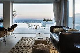 Ausblick vom Wohnzimmer auf die Terasse und das Meer