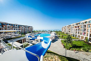 Hotelanlage mit Wasserrutsche und Ausblick