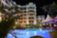 Pool und Hotel bei Nacht