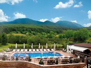 Hotelanlage mit Ausblick auf das Pirin Gebirge im Frühling