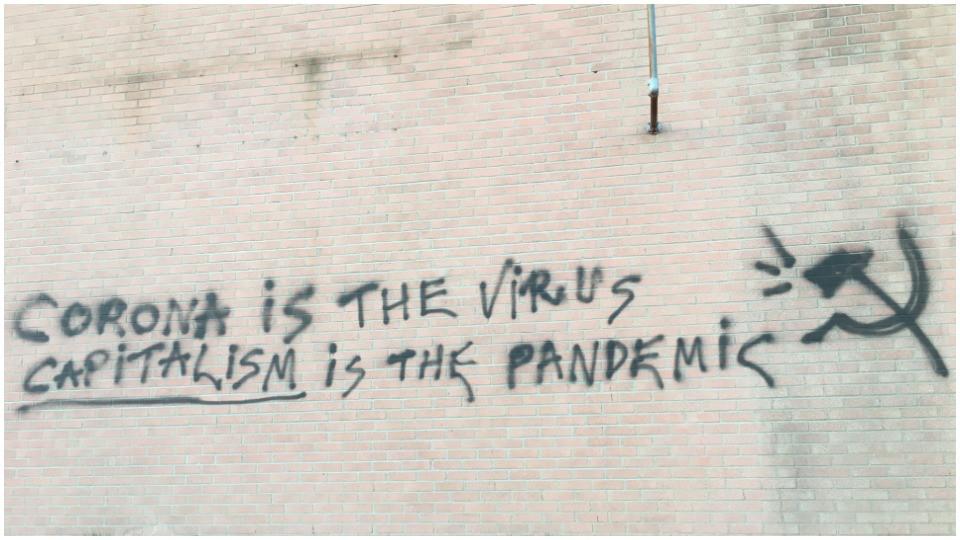 """""""كورونا هو الفيروس..الرأسمالية هي الوباء"""": غرافيتي في تورنتو."""