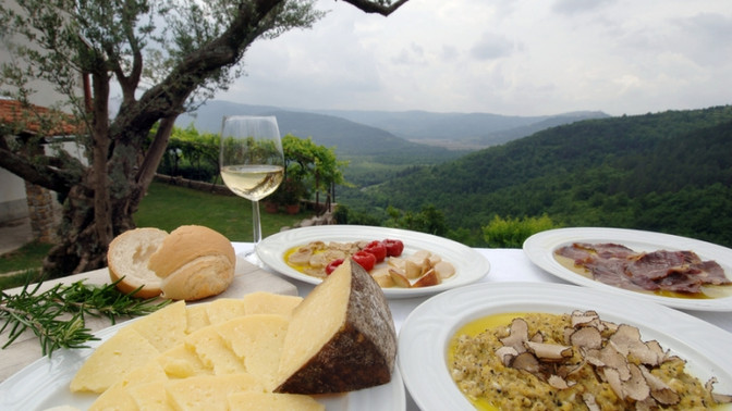 TOP 3 FOODIE DESTINATIONS FOR YOUR BUCKET LIST