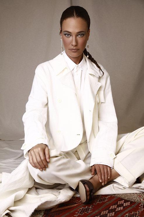 מעיל טרנץ׳, חולצה מכופתרת ומכנסיים פולו