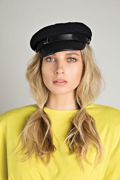 חולצה: זארה | כובע: אוסף פרטי