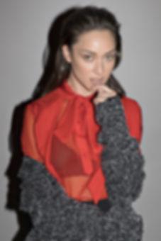 חצאית: אלכסנדר וונג, עמנואל | חולצה: בלנסיאגה, אמור | מעיל: ג'אמפ