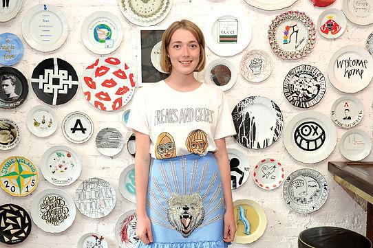המאיירת אנג'ליקה היקס עם חולצה שאיירה