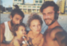 צילום: מתוך האינסטגרם של יוליה | בים עם אדם הקטן וחברים