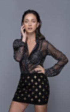 חולצה: איב סאן לורן, הלגה עיצובים | חצאית: בלמיין, הלגה עיצובים