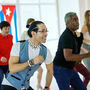 на фотографии в bachata школе moscow при работе приглашенный чино кубинский преодаватель на уроке бачонка