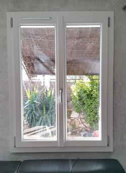 Fenêtre PVC battue centrée