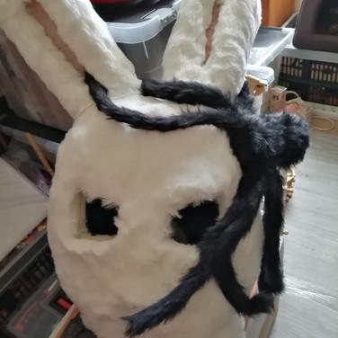 Une grosse arraignée grimpe sur Pti Lapin pour Halloween