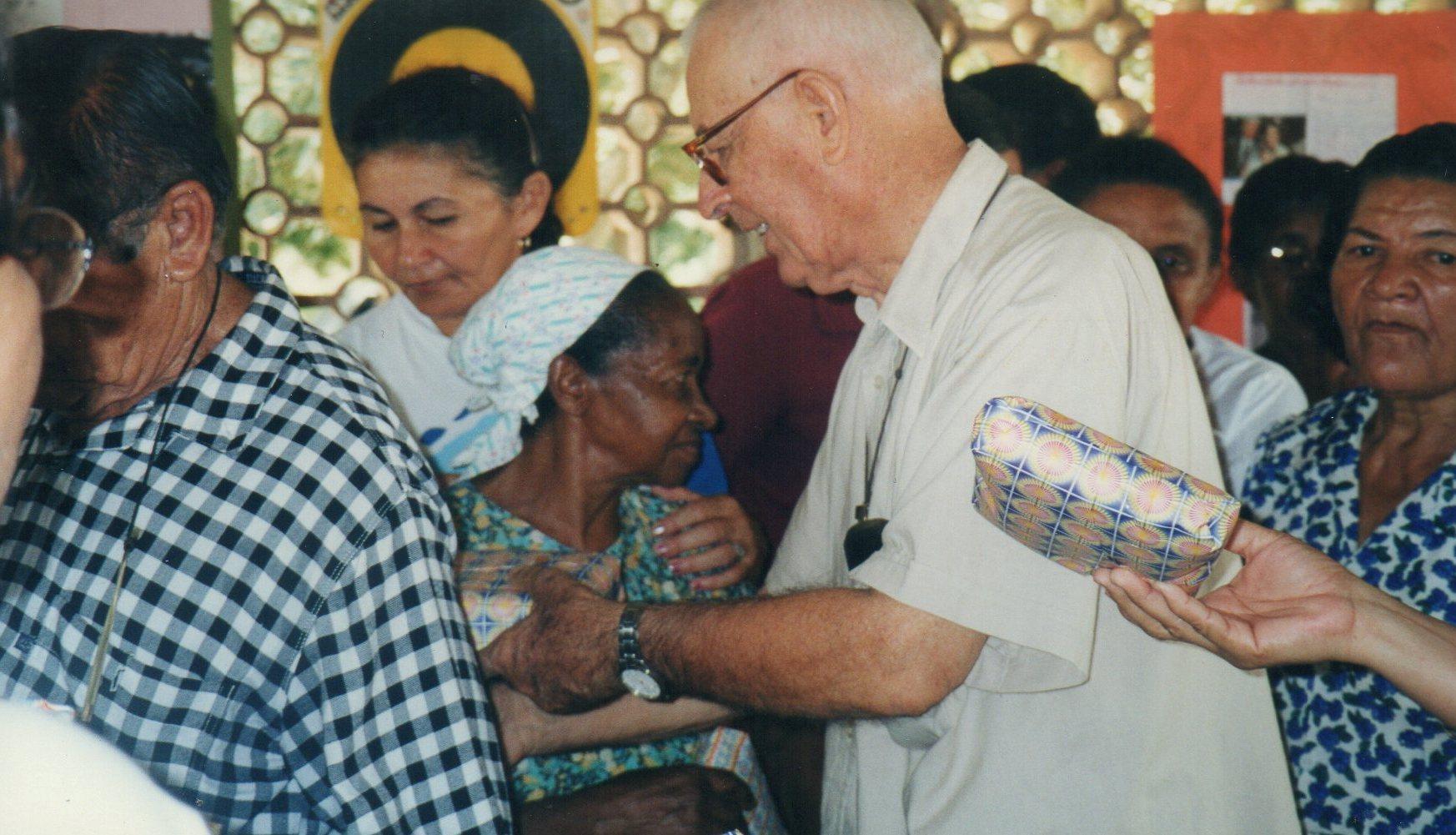 Padre Luis e famílias carentes 2003