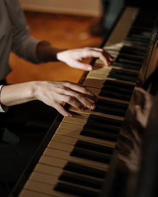 hands-sitting-music-piano-4038314.jpg
