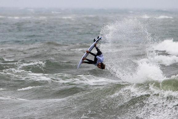 UNA MANIOBRA LE GANÓ A UN BUEN TUBO POR PRIMERA VEZ EN LA HISTORIA DEL SURF WEB SERIES