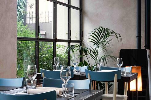 Veranda grande finestra sul giardino tavoli apparecchiati stufa accesa