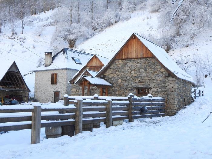 Le hameau sous la neige en hiver