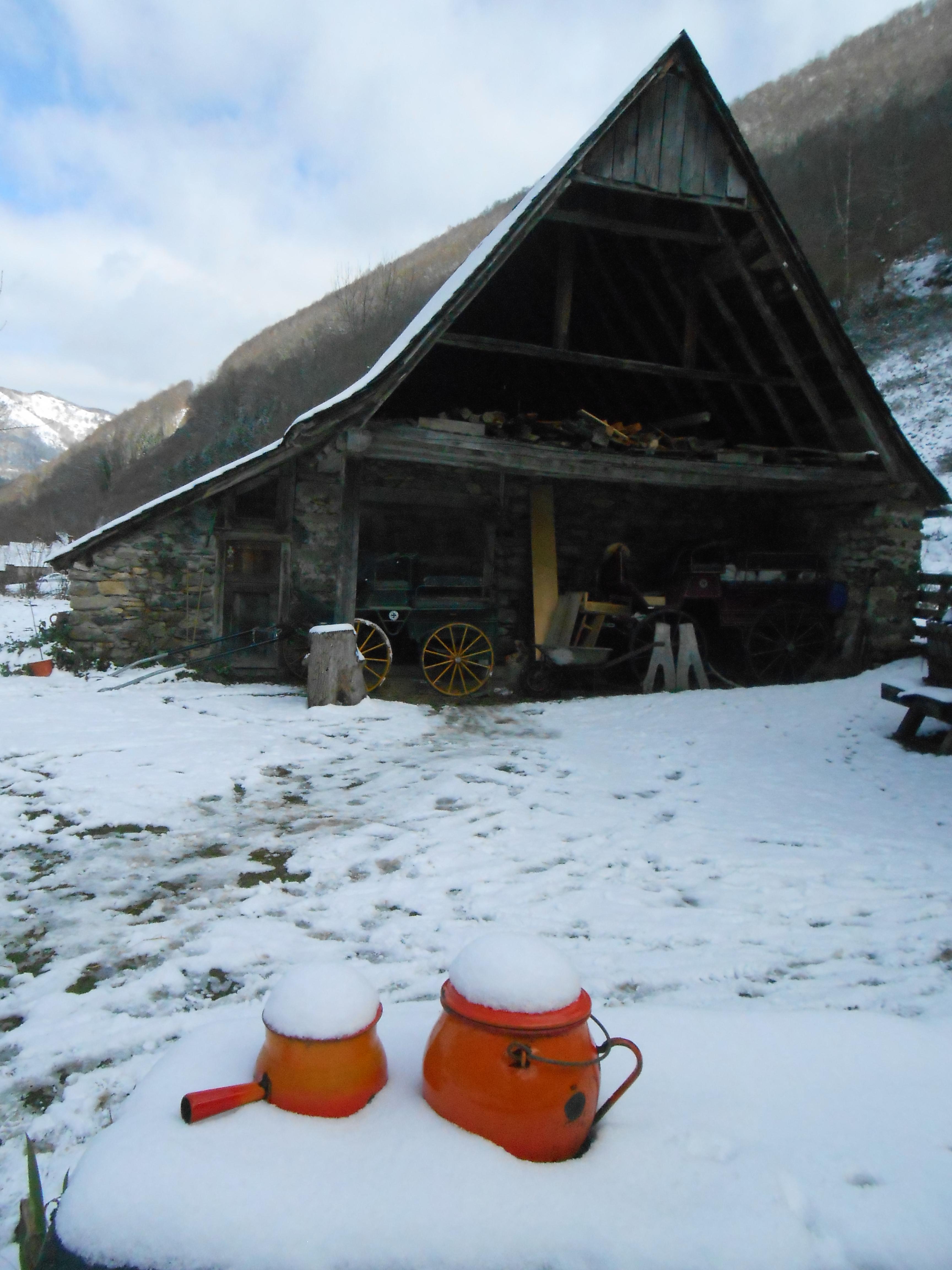 Notre belle grange à la neige