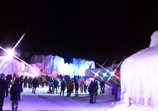 3,700人の町なのに、そうは思えないコンパクトな町。氷瀑祭りの幻想的な雰囲気。