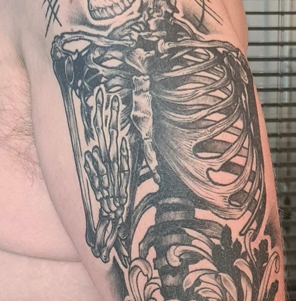 Tatouage squelette cicatrisé