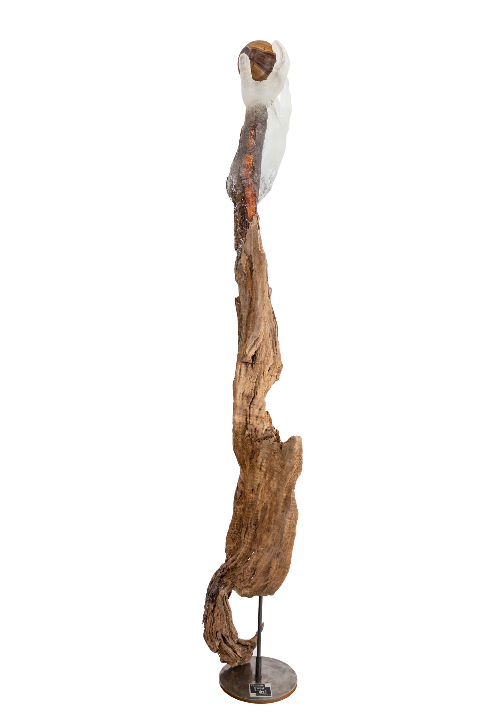 Hände mit Holzkugel