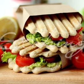 Ферментированные рисовые хлебцы/лепешки / сэндвичи с овощами-гриль и зеленым соусом / vegan