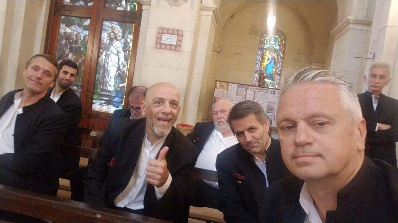 sentados en iglesia.jpg